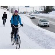 Безопасность велосипедистов в пути: как правильно оборачиваться